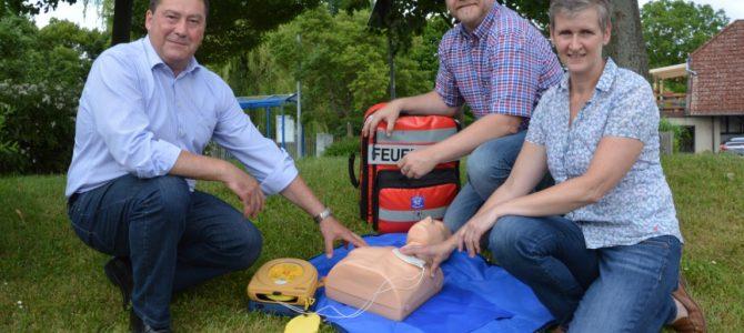 Neue Übungspuppe für die AED Einheit Hemkenrode